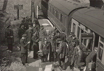 The arrival of the Czechoslovak pilots from the British port to one of the bases. The Czechoslovak airmen were very pleasantly surprised by the difference between the French and British armies – not just by the way the army worked, but also by the mood in Great Britain. Archive of Pavel Simet.