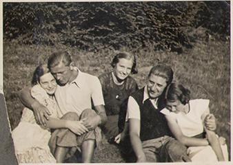 Oslavany 1935, zleva: Amálie Horáková, Karel Kunka, neznámá, Otto Schallinger, neznámá. Jedním z devcat muže být Gerda Schallingerová. Otto i Gerda byli za druhé svetové války odesláni do Terezína a z nej do vyhlazovacího tábora Majdanek. Nikdy se nevrátili. Archiv Karla Hela.