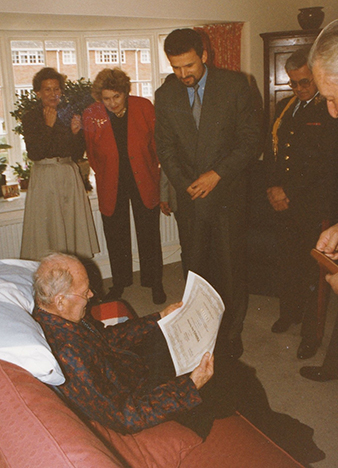 The last photograph of Ivo TONDER. Ambassador to Great Britain JUDr. Karel Kühnl presenting a promotion decree to the rank of major general on 29th April 1995. Archive of Petra Tonder.