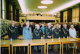 Pohled do Velkého sálu Ministerstva obrany CR, kde se konalo tradicní setkání bývalých cs. príslušníku RAF, žijících v Ceské republice, a predstavitelu armády a ministerstva s cs. bývalými príslušníky RAF žijícími ve Velké Británii. Pravdepodobne rok 2003 nebo 2004. První rada zleva (First row from left): Zdenek ŠKARVADA, Mikuláš GROFCÍK, Karel POSPÍCHAL, František FAJTL, DFC, Alois ŠIŠKA, František PERINA, Anna PERINOVÁ, druhá rada (second row): Bartolomej RANOFREJ, Jaroslav HOFRICHTER, Alžbeta HOFRICHTEROVÁ, Hana FAJTLOVÁ, Jirina ÚLEHLOVÁ, Václav STRAKA, tretí rada (third row): Miroslav ŠTANDERA, Pavel TAUBER, MUDr. Karel MACHÁCEK, Alois DUBEC, Stanislav MIKULA, Jirí BENDA.