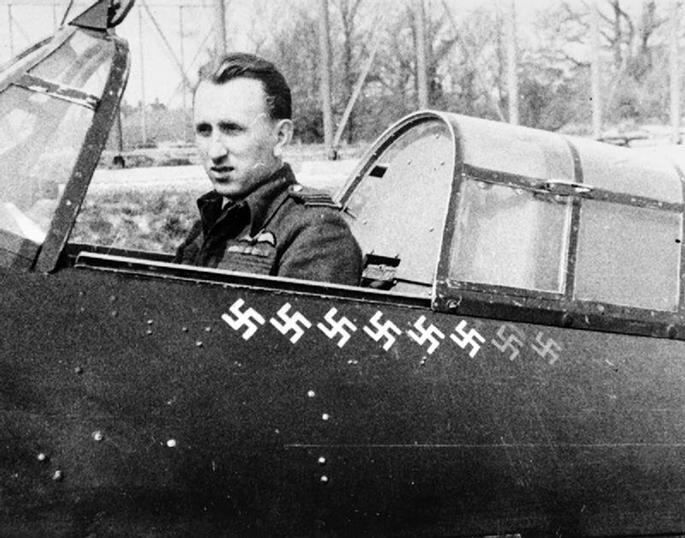 Jako velitel A. flightu 1. perute v kabine svého kanónového Hurricanu JX–E v cervnu 1942 na základne RAF Tangmere. S ním dosáhl vetšiny ze svých 18 vzdušných vítezství. Archiv Vee Darlington.