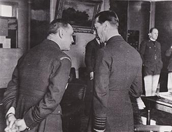 Leden 1941. Jeho Velicenstvo Král Jirí VI. na návšteve u 310. cs. stíhací peruti. Vlevo mjr. Alexander Hess, DFC. Vojenský historický archiv.
