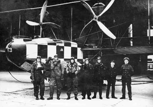 The five man crew of Felixstowe F.3 (N4828) with two of their ground crew at Felixstowe in1918.  Note the one-piece insulated flying suits worn as protection against the cold in the open cockpit and exposed gun positions.  .  (RAFM reference X003-2602/6853)