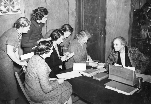 Dame Helen Gwynne-Vaughan with a group of trainees