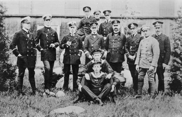 German airship crew in uniform posing, 1916