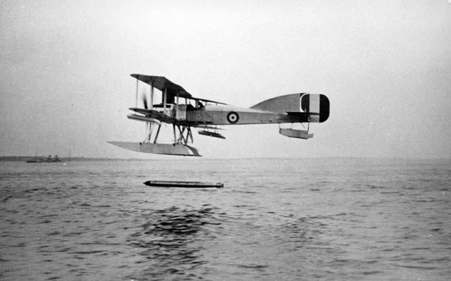 X003-2602/12965: A Sunbeam Mohawk-engined Short Admiralty Type 184 drops a torpedo, probably in 1916 or 1917.