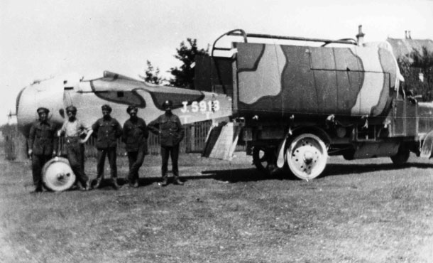 X003-2602/16508: A late-production Sopwith TF.2 Salamander, serial J5913, disassembled for transport at Minchinhampton during late 1918 or 1919.  This Glendower-built aircraft was finished in the Ministry of Munitions Scheme for the Sopwith TF.2 Salamander and no roundels were applied to upper wing.