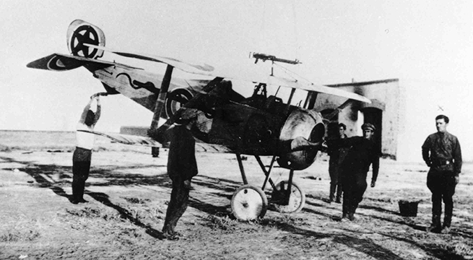A Nieuport 17 fighter in service with the Reds. The typical Soviet red star was already in use, albeit with a blue circle.