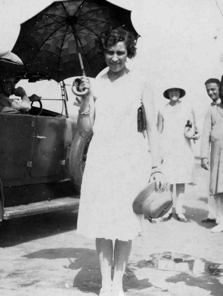 Amy Johnson holding an umbrella as a sunshade in Aden, 1930