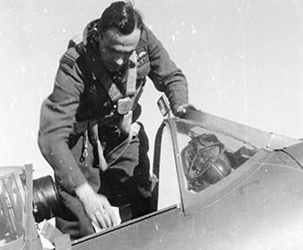 G/Cpt Karel Mrázek, DFC, DSO. V roce 1942, po úmrtí Aloise Vašátka, se stal druhým velitelem ceskoslovenského wingu. Moravské zemské muzeum