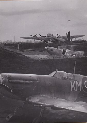 Letouny RAF. Short Stirling neznámé britské perute, spitfire 310. cs. stíhací perute a v popredí osobní letoun W/Cdr Karla Mrázka, velitele Exeterského wingu. Vojenský historický archiv.