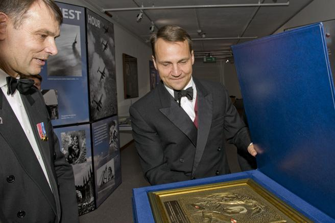 Mr. Radoslaw Sirkorski, Polish Minister, presenting the Museum with a gift.