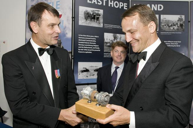 Peter Dye, the Museum's Director General, presenting the Polish Foreign Minister with a gift.