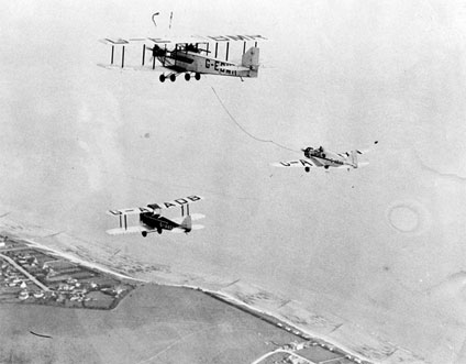 Sir Alan Cobham's Airspeed Courier being refuelled by a Handley Page W.10 during his attempted non-stop flight to India