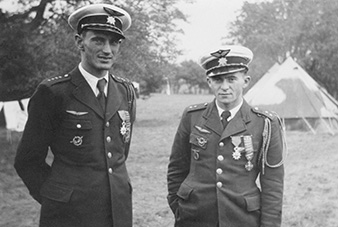 Great Britain. František PERINA (on the right), ace from the Battle of France, in the United Kingdom, still in French uniform. In the RAF, he served with 312 (Czechoslovak) Squadron. Alois VAŠÁTKO (on the left), ace from Battle of France too. Archive of Ondrej Krejcar.